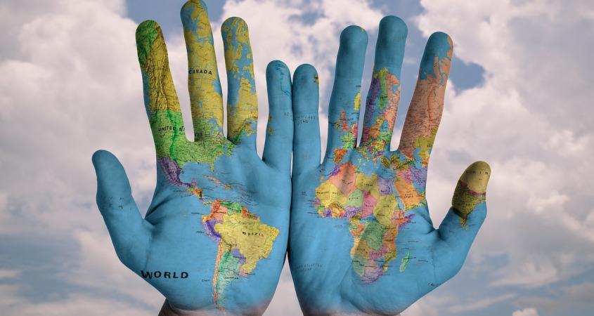 Гражданство не оказывает влияние на статус: в качестве НР имеет право выступать и субъект, не имеющий гражданства, и житель другой страны