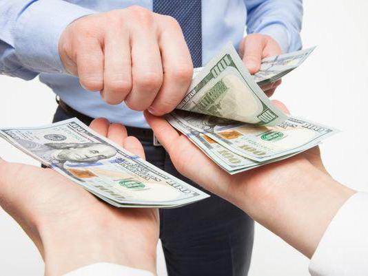 Выдача заработной платы сотрудникам, работающим на организацию относится к первой группе затрат