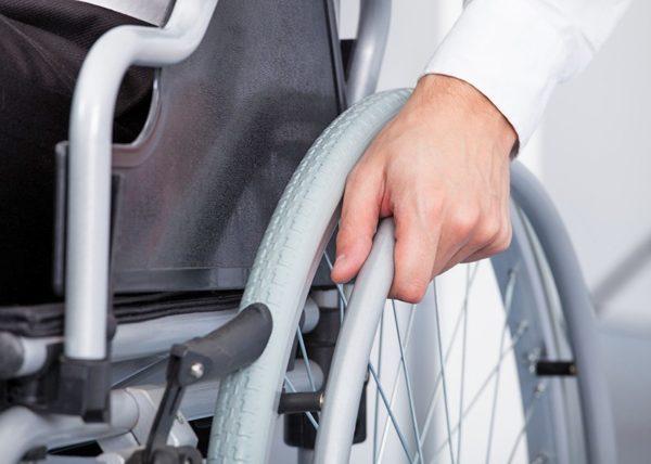 Инвалидам первой и второй категории предоставляются льготы (они могут платить госпошлину в два раза меньше)