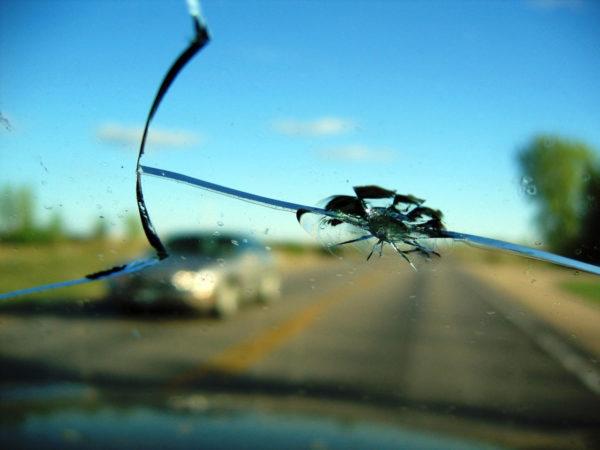 """По КАСКО можно получить выплаты даже за разбитое стекло """"пойманным"""" на дороге камнем"""