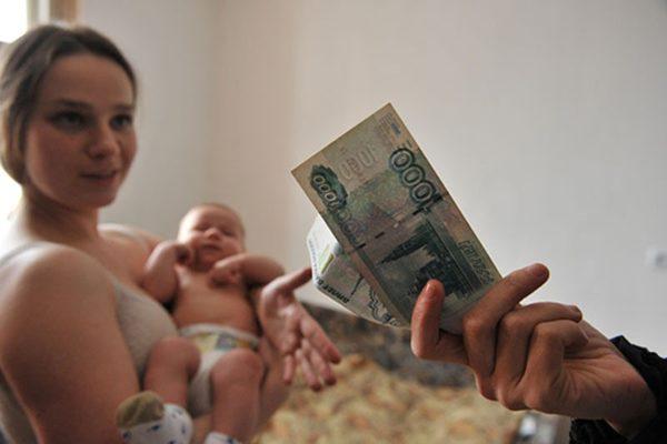 40% от зарплаты одного из родителей перечисляется раз в месяц, если он находится в декрете