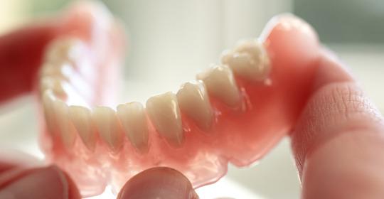 Зубные протезы входят в льготное направление