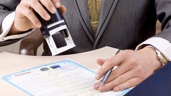 Истец имеет право потребовать выдачу исполнительного документа непосредственно ему на руки