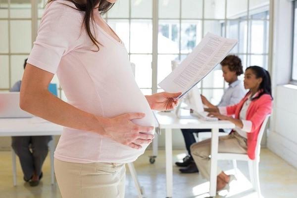 На отпуск по беременности может претендовать женщина-сотрудница, устроенная официально
