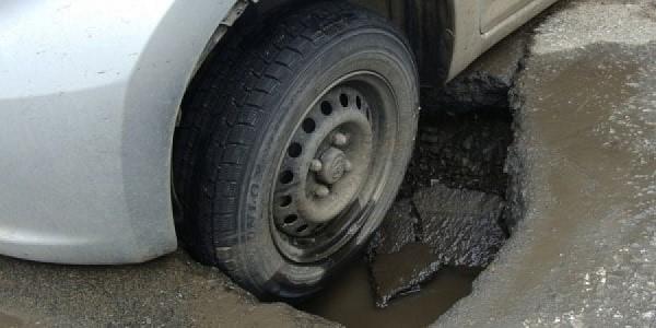 Попадание колесом в яму также считается аварией, при которой необходимо вызвать сотрудников ГИБДД