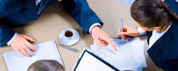 Срочный трудовой договор часто заключают с помощниками адвокатов, лицами, исполняющими служебные обязанности в прокуратуре или государственных органах гражданской службы