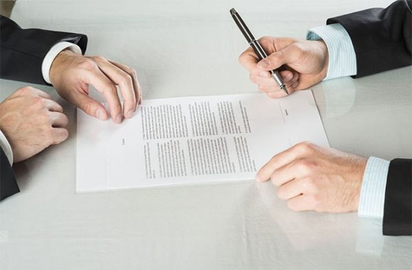 Стороны подписывают акт обоюдно. Как и договор, он пишется от руки или печатается, не имеет четкого, установленного законодательно, шаблона.