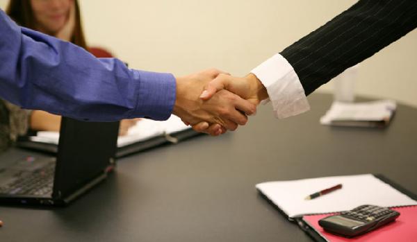 Когда совместитель получает новый статус, между ним и нанимателем также заключается трудовой договор с оговоркой о типе работ