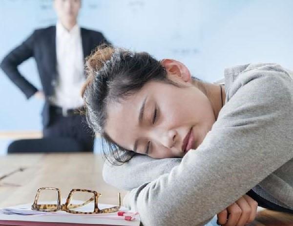 Если сотрудник проявил свою некомпетентность и это обнаружилось в ходе первоначальных испытаний, уволить за несоответствие должности могут при любой форме контракта – временной или бессрочной