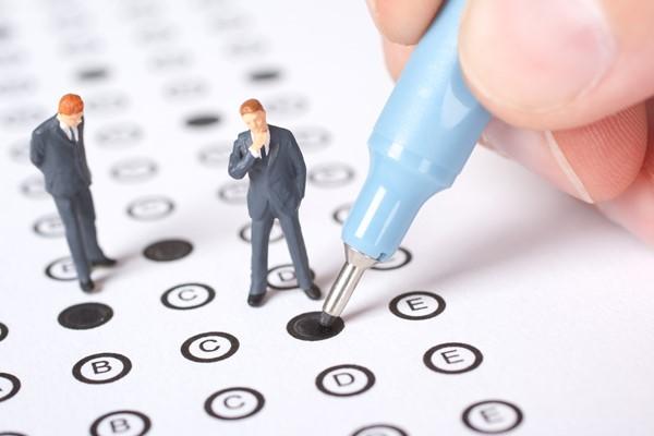 Для соблюдения правил документооборота с сотрудником заключают несколько соглашений, причем в каждом ставится отметка о совмещении