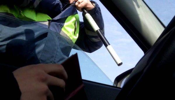 Сотрудник ГИБДД непременно посмотрит полис ОСАГО при остановке транспортного средства