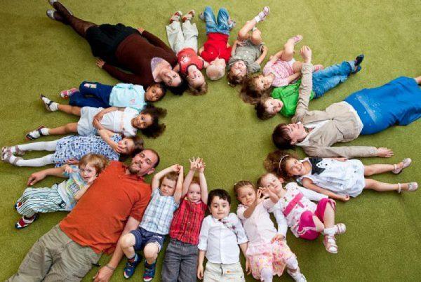 Многодетные родители РФ воспитывают около 20% от общего числа детей в стране