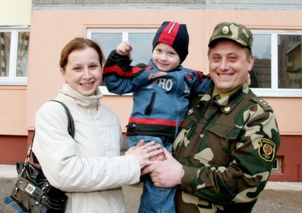 К оформлению в собственность служебного жилья может иметь отношение как служащий, так и его ближайшие родственники, включая детей