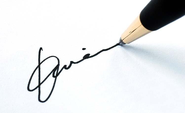 Все записи в трудовой книжке заверяются подписью держателя