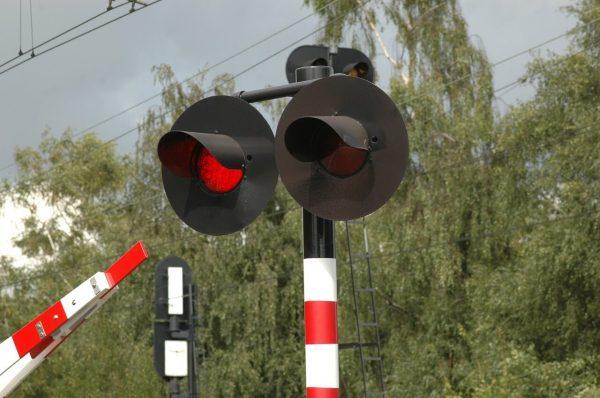 Красный сигнал светофора на железнодорожной линии