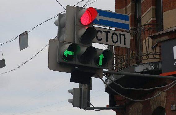 Даже если выбранное направление свободно, мигающая стрелка дополнительного отсека автоматически обозначает нарушение ПДД