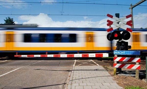 В идеале на каждой железнодорожной развязке должно находиться автоматическое барьерное заграждение, чтобы водитель не мог создать аварийную ситуацию