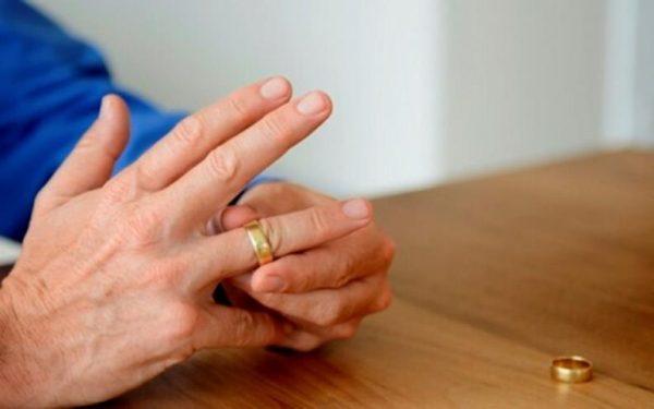 При разводе бывший супруг остается без жилья – он обязан его освободить и сняться с учета