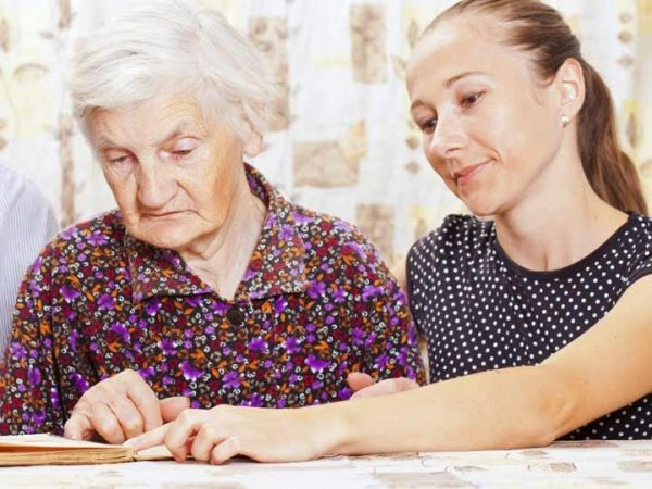 При патронаже действовать от лица пенсионера можно по доверенности