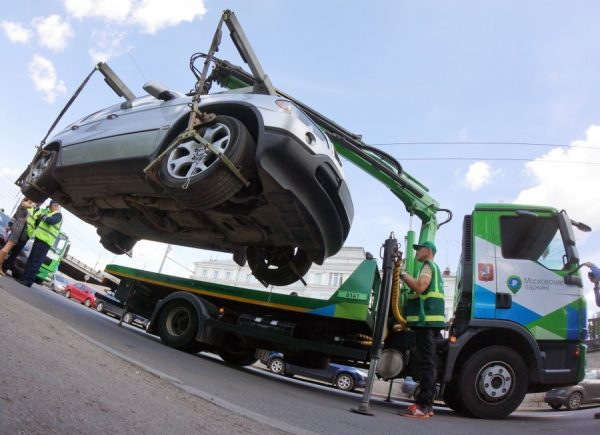 На момент выяснения обстоятельств задержки выплаты штрафа автомобиль переводят на специальную стоянку