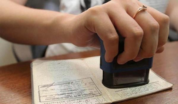 Выпиской будет заниматься паспортный стол по вашему прежнему месту жительства
