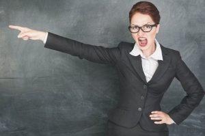 Поскольку законом подобное право не обозначено, учитель не может выгнать ученика с урока