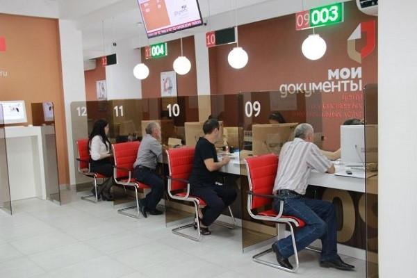 Первое помещение многофункционального центра отнимет у вас не более 15-20 минут, разумеется, если вам не придется ждать своей очереди