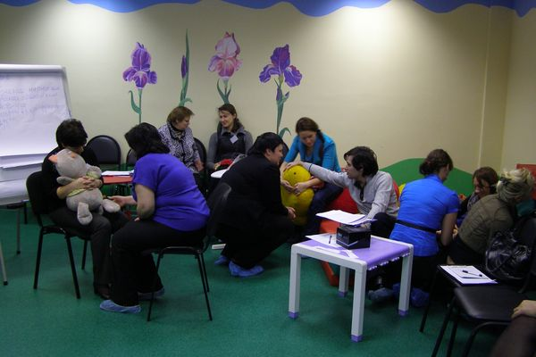 Обучение в школе приёмных родителей проходят все желающие взять ребенка в семью, за исключением родных малыша