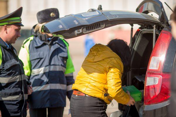 Досмотр и осмотр машины могут проводят в основном сотрудники ГИБДД, в некоторых случаях - и работники других правоохранительных органов.
