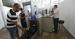 В аэропорту багаж и ручную кладь проверяют с помощью сканеров, а досмотр человека производят с помощью рентгеновского излучения